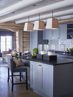 Transitional Home Decor – How Do You Select Accessories For a Room Designed in the Transitional StylE – Transitional Decor Wooden Kitchen, Rustic Kitchen, Kitchen Dining, Transitional Home Decor, Transitional Kitchen, Ski Lodge Decor, Log Home Interiors, Cabin Kitchens, A Frame House