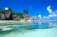 #Seychelles #ladigue Cette île des Seychelles est essentiellement constituée de plages de sable fin, de végétation luxuriante et de roche granitique. Non loin de l'île du Praslin, elle est réputée pour son calme et son art de vivre. Ses eaux turquoise, ses lagons et ses cocotiers sont les seuls éléments susceptibles de vous entourer pendant un bain de soleil sur cette île. http://vp.etr.im/a0d4