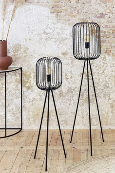 DreamDeal: Tripod lamp groot of klein - Lifa Living van € voor € Living Room Decor Ikea, Chic Living Room, Table Centerpieces For Home, Rustic Chic Decor, Oslo, Bohemian Bedroom Decor, Chic Bathrooms, Floral Comforter, Tripod Lamp
