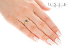 Wyjątkowy, retro pierścionek zaręczynowy ze złota 14K z szafirem i brylantami - GRAWER W PREZENCIE | PIERŚCIONKI ZARĘCZYNOWE \ Brylanty \ Szafir naturalny NA PREZENT \ Narodziny Dziecka od GESELLE Jubiler