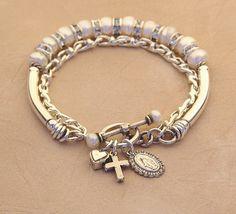 Una doble cadena pulsera rosario compuesta de... Las perlas de agua dulce botón…