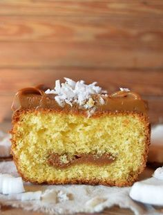 Budín de coco con dulce de leche Sweet Recipes, Cake Recipes, Dessert Recipes, Desserts, Pan Dulce, Plum Cake, Pastry And Bakery, Loaf Cake, Mocca