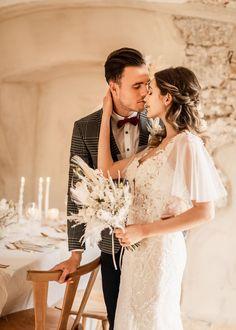 Traumhaftes Vintage-Brautkleid für eine Boho-Hochzeit in Creme und Beige. Alle Bilder findet ihr im Hochzeitskiste Blog. #hochzeitskiste #hochzeitsideen2021 #hochzeitsideen #hochzeitstipps #hochzeitsmagazin #hochzeitsblog #weddingblog #hochzeit #hochzeit2021 #bohohochzeit #bohowedding #vintagehochzeit #vintagewedding #tischdeko #hochzeitsdeko #hochzeitsdekoration #hochzeitsdekoidee #brautkleid #braut #braut2021 #brautstyling #traumkleid #prinzessinfuereinentag