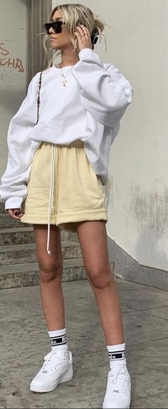 Summer Outfits Women 30s, Shorts Outfits Women, Short Outfits, Girl Outfits, Cute Outfits, Fashion Outfits, Fashion Clothes, White Shorts Outfit Summer, Sweats Outfit