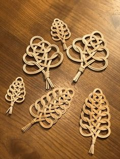 use round reed and macrame patterns? Flax Weaving, Bamboo Weaving, Willow Weaving, Bamboo Crafts, Rope Crafts, Diy Home Crafts, Basket Weaving Patterns, Macrame Patterns, Quilling Dolls