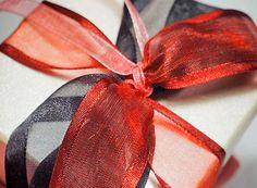 Μπομπονιέρα σε λευκό - χρυσό ιριδίζον κουτί με κόκκινη - μαύρη κορδέλα 💟 Bomboniere in a white gold box with a black and red bow