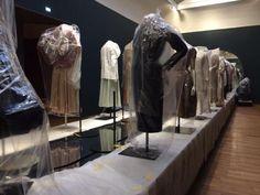 De 'catwalk' in opbouw: de kostuums en ondergrond zijn nog afgedekt. Foto: Team textielrestauratie Rijksmuseum.