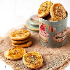 """🔺 ¡RECETA! 🔻 """"Pastas de sésamo y miel"""" de @directopaladar **** INGREDIENTES (para 4 personas): - 250 g de harina integral - 100 gr. de manteca a temperatura ambiente - 1 huevo - 70 gr. de miel - 2 cucharadas de semillas de sésamo tostado (más un poco más para espolvorear por encima) - 1 yema de huevo **** PREPARACIÓN: 1️⃣ Cortar la manteca en daditos. Agregar la harina, el huevo, las dos cucharadas de sésamo y la miel. Trabajar la mezcla con los dedos hasta obtener una masa homogénea. 2️⃣…"""