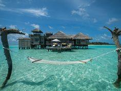 """Quer saber onde é o paraíso? O TripAdvisor fez uma lista de potenciais lugares para essa categoria. São os melhores hotéis do mundo. E no topo dessa lista está o resort Gili Lankanfushi, nas Maldivas, em uma pequena ilha cercada de corais que se estende através de água cristalinas onde estão os 45 bangalôs que fazem...<br /><a class=""""more-link"""" href=""""https://catracalivre.com.br/geral/viagem-acessivel/indicacao/conheca-o-melhor-hotel-do-mundo/"""">Continue lendo »</a>"""