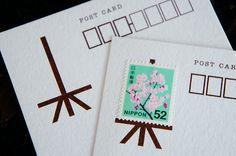イーゼルに絵を飾るように切手をかざる、「切手をかざる」という名前のハガキ - まとめのインテリアの画像