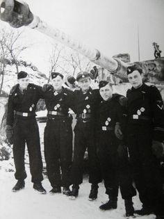 Michael Wittmann mit seiner Besatzung im Januar 1944 v.l. Ladeschütze Werner Irrgang, Richtschütze Bobby (Balthasar) Woll, Wittmann, Funker Sepp Rößner, Fahrer Eugen Schmidt vor dem Tiger S 04 mit 88 aufgemalten Abschußringen