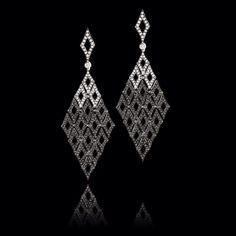 Estos son unos elegantes #zarcillos elaborados en oro de 18k con #rodio negro, acompañados de delicados #diamantes blancos y negros en combinación. #KohinorJoyas #PiezasKohinor #JoyeriaExclusiva #AltaJoyeria #Kohinor #Joyas #Joyería #Arte