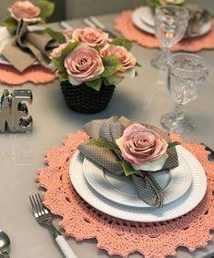 andrea croche: Häkeln Sie Sousplat - Emma Home Crochet Placemats, Beautiful Table Settings, Napkin Folding, Dinning Table, Table Arrangements, Decoration Table, Tablescapes, Dinnerware, Napkins