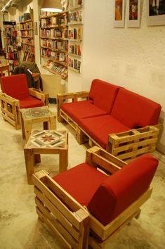sillones y mesa con palets