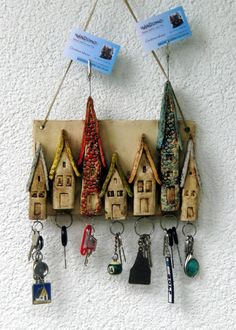 Seven cute houses in different sizes adorn this keyring. Seven cute houses of different sizes adorn this key rack. The roofs were designed in different colors. Pottery Houses, Ceramic Houses, Slab Pottery, Ceramic Pottery, Ceramic Art, Clay Projects, Clay Crafts, Diy And Crafts, Paper Crafts