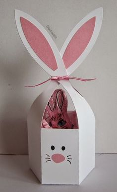 Die Schneidedatei ist aus dem Sil-Store: bunny ears treat container These Easter bunnies are so cute. The cutting file is from the Sil-Store: bunny ears treat container Easter Projects, Easter Crafts For Kids, Spring Crafts, Holiday Crafts, Happy Easter, Easter Bunny, Diy And Crafts, Paper Crafts, Easter Printables