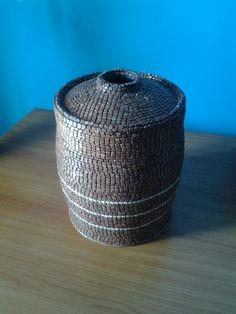 Artesanato objectivo de lata coberto com madeira.