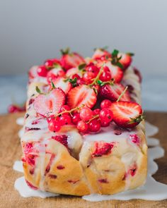Red Currant Lemon bread with Strawberry and Lemon Drizzle Vegan Dessert Recipes, Delicious Vegan Recipes, Vegan Sweets, Baking Recipes, Vegetarian Recipes, Batters And Berries, Baking Bad, Skillet Chocolate Chip Cookie, Vegan Sour Cream