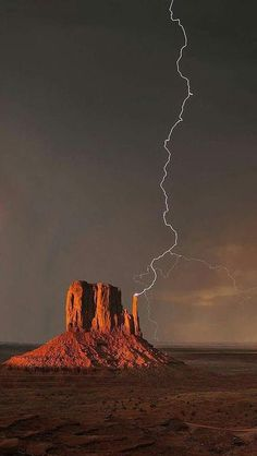 Science Discover Monument Valley struck by lightning. Landscape Photos Landscape Photography Nature Photography Photography Tips Travel Photography Iphone 7 Wild Weather Thunder And Lightning Lightning Storms Iphone 7, Wild Weather, Thunder And Lightning, Lightning Storms, Lightning Rod, Lightning Strikes, Natural Phenomena, Parcs, Science And Nature