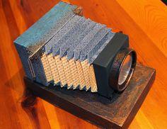 Càmera fotogràfica retro feta amb paper.