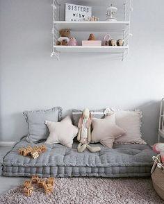 Immo gemütlich Eine hübsche Kuschelecke mit vielen Kissen für das Kinderzimmer