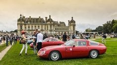 La troisième édition du concours d'élégance de Chantilly mettait la carrosserie italienne Zagato à l'honneur et notamment ses réalisations sur châssis et mécanique Alfa Romeo. Au premier plan une Giulia TZ1 de 1965.