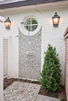 Stately Outdoor Shower (image via Wills Company)