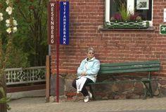 In vielen Dörfern werden jetzt Mitfahrbänke aufgestellt, um Mitfahrgelegenheiten einfacher zu organisieren. So kann zum Beispiel die Bewohner in Priebert (Havel) zwischen den 4 Zielorten Wustrow, Canow, Wesenberg, Strasen wählen (Bericht NDR). Im Kreis Rendsburg-Eckernförde geht die Gemeinde Bünsdorf das…Weiterlesen ›