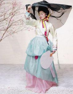 El hanbok es el traje tradicional coreano. Su belleza se encuentra en la armonía de sus colores y sus líneas simples y claras. No es un traje de ceremonia, ha sido el traje habitual de la mujer …
