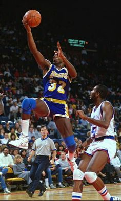 Magic Johnson, Basketball Legends, Sports Basketball, Basketball History, Basketball Pictures, Nba Pictures, Basketball Photography, Under The Shadow, Nba Players