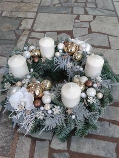 Adventi koszorú Christmas Candle Centerpieces, Advent Candles, Handmade Christmas Decorations, Christmas Candles, Xmas Decorations, Holiday Decor, Christmas Advent Wreath, Xmas Wreaths, Christmas Mood