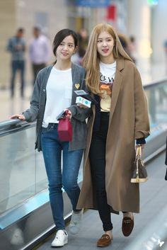 Image shared by 김가현. Find images and videos about rose, k-pop and blackpink on We Heart It - the app to get lost in what you love. Blackpink Fashion, Asian Fashion, Winter Fashion, Fashion Outfits, Boho Outfits, Kpop Outfits, Korean Outfits, Moda Kpop, Airport Fashion Kpop