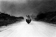 Mickey Rourke by Richard Aujard - galerie Laurent Strouk Bike Style, Motorcycle Style, Biker Boys, Mickey Rourke, Wild Orchid, American Spirit, Kids Ride On, Easy Rider, Zoom Photo