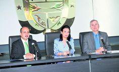 Isabel de Saint Malo de Alvarado, Vicepresidenta de la República y Ministra de Relaciones Exteriores, durante una conferencia de prensa.