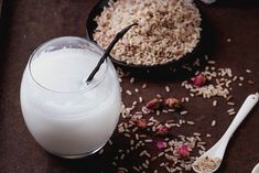 Rice milk is for sale at groceries, but you're emulsifiers, sweeteners, and artificial flavorings. Avoid these by preparing your rice milk yourself. Kitchenaid, Healthy Drinks, Healthy Tips, Rice Water Benefits, Japanese Beauty Secrets, Rice Milk, Milk Recipes, Beauty Recipe, Health And Beauty Tips