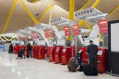 Máquinas de auto check-in de Iberia en la T4 del aeropuerto de Barajas, Madrid