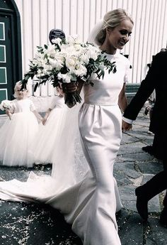 Simple and classic wedding dress Dress Vestidos, Classic Wedding Dress, Sophisticated Wedding Dresses, Sophisticated Bride, White Bridal, Wedding Hacks, Wedding Ideas, Wedding Planning, Simple Weddings