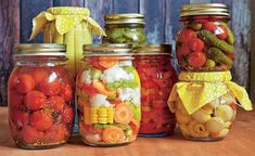 Obst und Gemüse einkochen: 10 Tipps Whether mushrooms, carrots or cucumbers: Sourly cooked vegetables last a particularly long time Canning Jars, Canning Recipes, Mason Jars, Healthy Eating Tips, Healthy Nutrition, Vegetable Drinks, Food Menu, Fruit, Clean Recipes