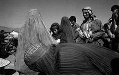 Riccardo Venturi, Contrasto - Kabul, Afghanistan, 1996. Distribuzione di cibo della Croce rossa internazionale.