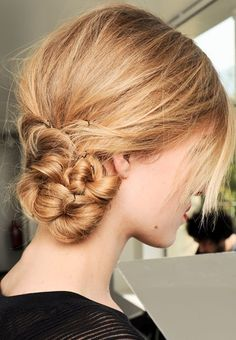 More loop than braid, this low bun at Junko Shimada looks elegant and sophisticated, without being stuffy or old-fashioned. (bridesmaid hair bun up dos) Messy Hairstyles, Pretty Hairstyles, Wedding Hairstyles, Peinado Updo, Undone Look, Twisted Hair, Look Body, Looks Chic, Tips Belleza