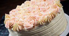 Underbar tårta med citronbottnar, passionscurd, hallonmousse och vit chokladfrosting. Söt och syrlig på samma gång.