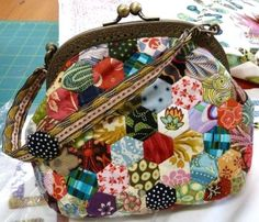 Le Sac Hexagones de Brigitte Giblin  Voici une petite merveille : le sac hexagones, une création originale de Brigitte Giblin. Un petit sac porte-monnaie au style rétro.. Hexagon Quilt Pattern, Hexagon Patchwork, Patchwork Bags, Quilted Bag, Sacs Tote Bags, Types Of Purses, Paper Quilt, Frame Purse, Style Retro