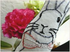 lapin / point droit / decoration Couture Sewing, Le Point, Coin Purse, Slippers, Wallet, Purses, Blog, World Animals, Pageants