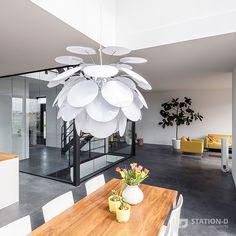 Villa Harnaschpolder - Station-D Architects - http://station-d.nl - Op het zuidwesten, waar achter- en rechter zijgevel bij elkaar komen, bevindt zich een enorm hoge hoekpui van zes meter, met daarin een te openen schuifpui. Dit zorgt ervoor dat de grenzen tussen binnen en buiten vervagen. Het directe zonlicht dat hier binnenvalt wordt gedempt door verborgen screens. In deze hoek van de woning bevindt zich de vide. Foto: Stijnstijl Fotografie #vide #interieur #design