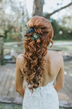 Wedding Hairstyles Half Up Half Down - Still cant decide between a solemn updo or a romantic downdo? Take a look at glamorous and timeless wedding hair half up half down options. Romantic Bridal Hair, Half Up Wedding Hair, Bridal Hairdo, Curly Wedding Hair, Hairdo Wedding, Wedding Hairstyles For Long Hair, Vintage Hairstyles, Prom Hair, Cool Hairstyles