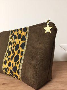 Trousse à maquillage imprimé léopard, avec paillettes dorées / Petite pochette marron en suédine, léopard avec étoile or / Pochette de sac