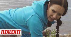 Jos istut koko päivän töissä, tämä on sinun liikkeesi. Juontaja ja jumppaohjaaja Mari Sainio näyttää mallia.