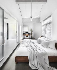 Une petite maison rénovée par le studio de design Upstairs à Singapour - PLANETE DECO a homes world Wooden Cladding, Modern Minimalist Bedroom, Design Studio, Awesome Bedrooms, Bedroom Decor, Bedroom Ideas, Minimalism, Modern Design, Palette