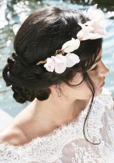 Coiffure de mariée : Le chignon tressé avec headband fleuri de Maë Haute Coiffure