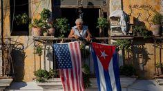 En esta foto de archivo del 19 de diciembre del 2014, dos días después del anuncio conjunto realizado por Barack Obama y Raúl Castro sobre el restablecimiento de relaciones diplomáticas, Javier Yanez está en su balcón decorado con las banderas de Estados Unidos y Cuba, en un edificio de La Habana Vieja.